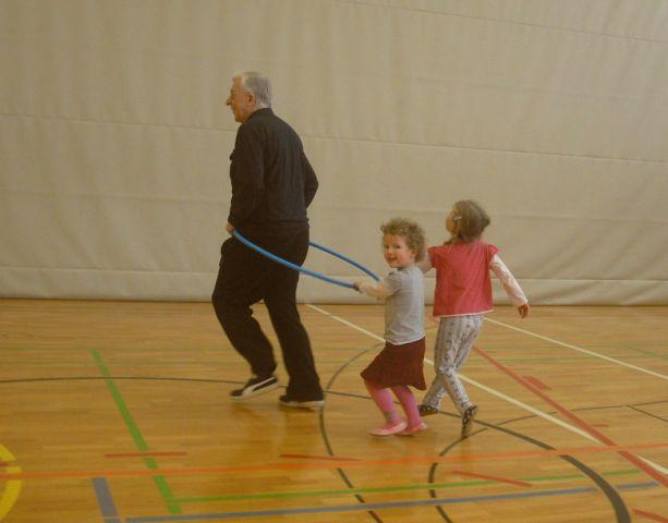 Wir machen gymnastik turnen mit bänken bällen und geräten